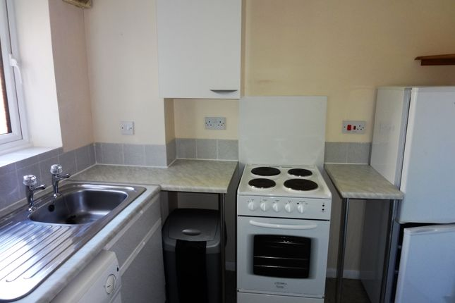Kitchen: of Moorymead Close, Watton At Stone SG14