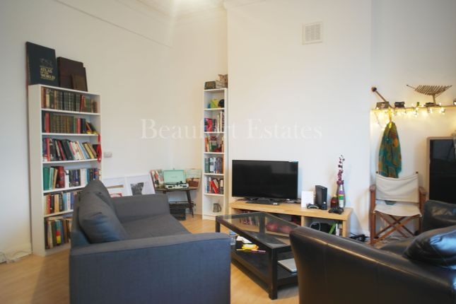 3 bed flat to rent in Hillmarton Road, Islington