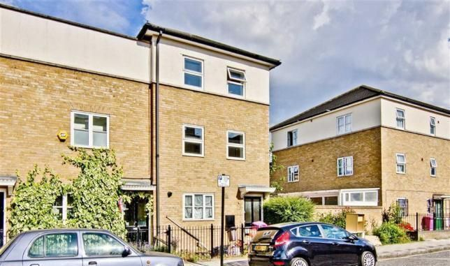 3 bed town house to rent in Stepney Green, London