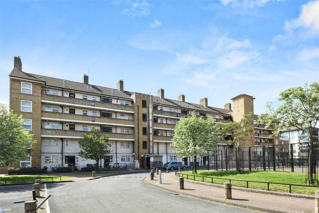 2 bed flat to rent in Bishops Way, London E2