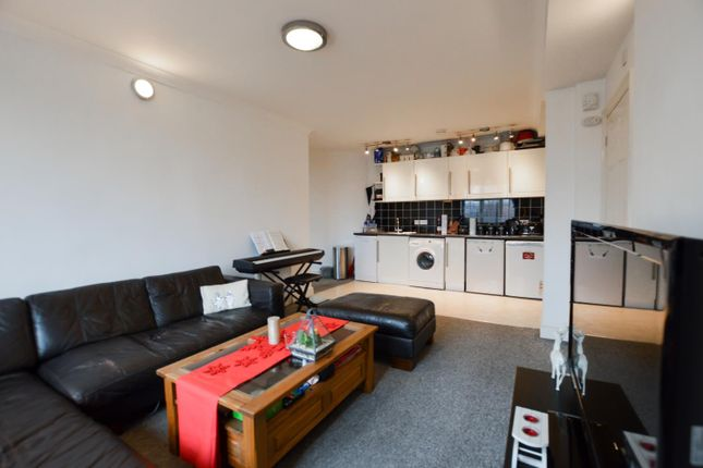 2 bed flat to rent in Old Woking Road, West Byfleet, Surrey KT14