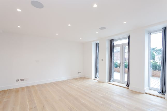 2 bed flat to rent in Walpole Court, London