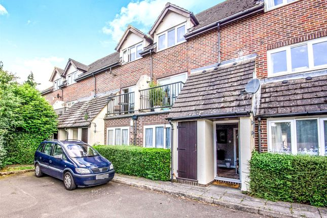 1 bed flat to rent in Crowhurst Mead, Godstone, Surrey
