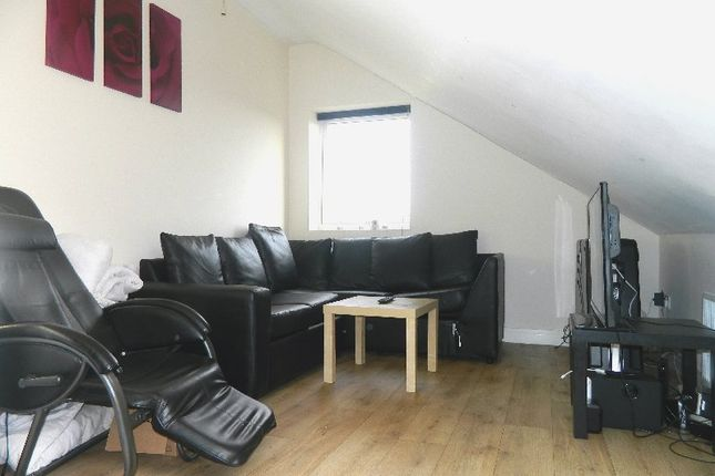 3 bed flat to rent in Heaton Road, Heaton