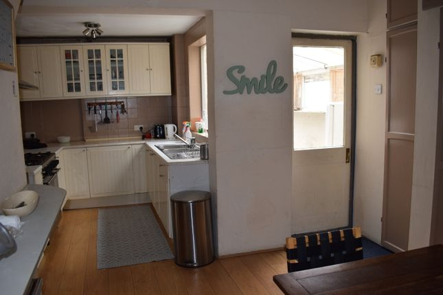 5 bed semi-detached house to rent in Chigwell Road, South Woodford, London E18
