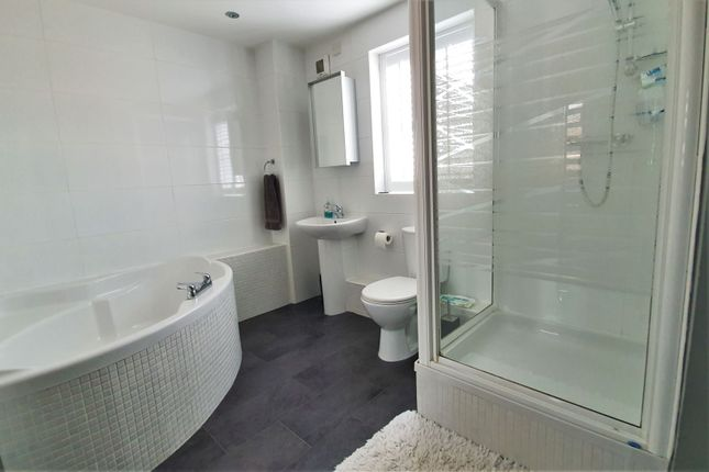 Bathroom of Barons Close, Leicester LE9