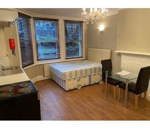 Thumbnail Studio to rent in Glazbury Road, London