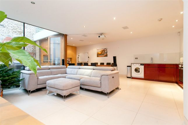 Thumbnail Terraced house to rent in Chapel Market, Angel, London