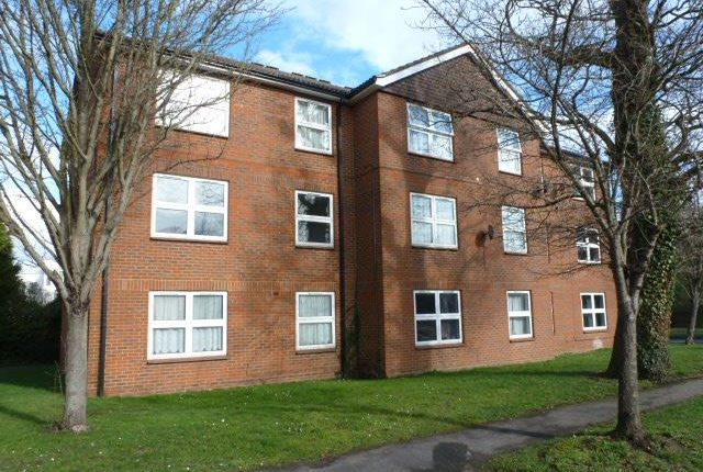 Thumbnail Flat to rent in Broadwater Crescent, Welwyn Garden City