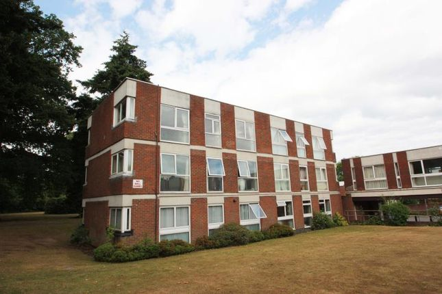 Thumbnail Flat to rent in Brantwood Gdns, W.Byfleet