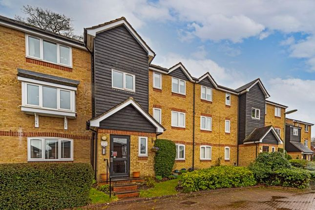 2 bed flat to rent in Dunnymans Road, Banstead SM7