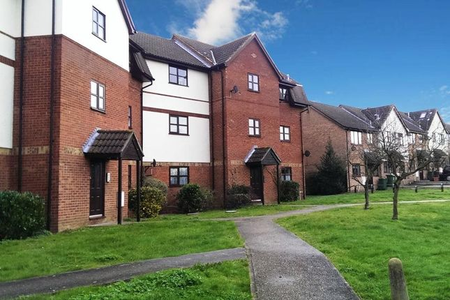 Flat to rent in Chestnut House, Hillwood Grove, Wickford