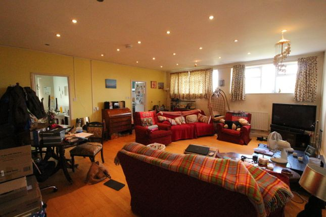 2 bed flat to rent in Leckhampton Road, Via Church Road To Rear, Leckhampton, Cheltenham GL53