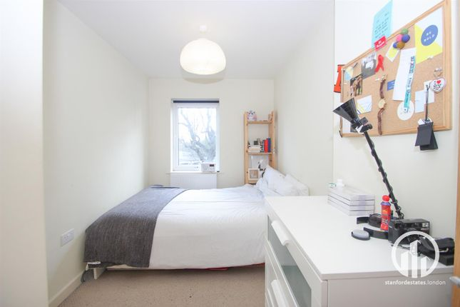 2 bed flat to rent in Dacres Road, London
