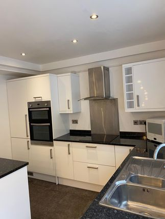 3 bed flat to rent in Hamlets Way, London E3