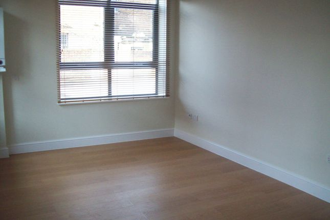 2 bed flat to rent in Granville Place, High Road, London