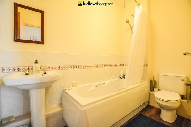 Master Bathroom of Newington Causeway, London SE1