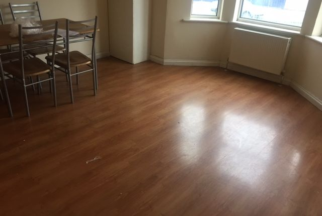 2 bed flat to rent in Crawley Green Road, Luton
