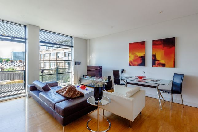 Thumbnail Flat for sale in Evershed Walk, London