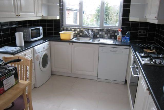 4 bed semi-detached house to rent in Shortgate, London