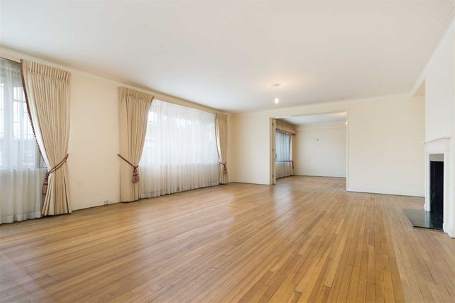 Thumbnail Flat for sale in Avenue Close, London