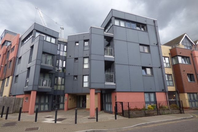 Thumbnail Flat to rent in Bramley Crescent, Ilford