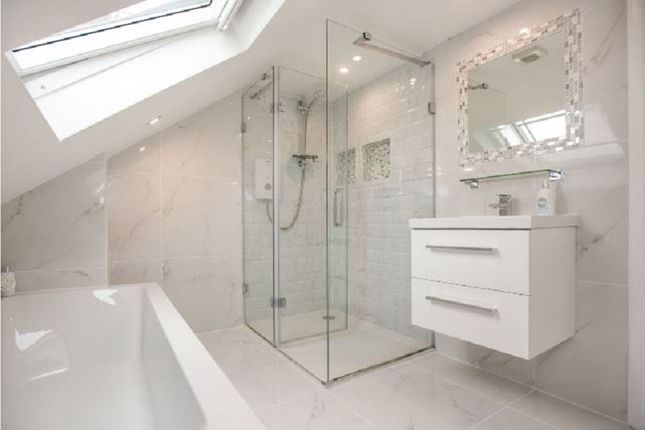 En Suite of Windsor Avenue, Edgware, Greater London. HA8