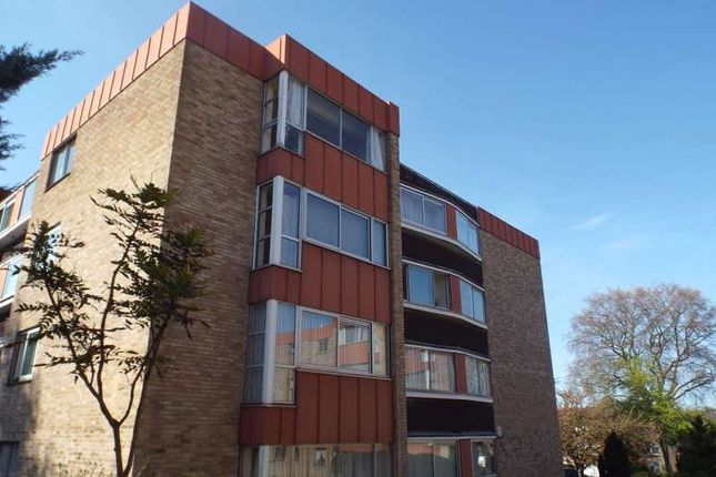 2 bed flat for sale in White Lodge Close, Christchurch Park, Sutton