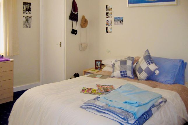 Thumbnail Flat to rent in Flat 1, 25 Brudenell Road, Hyde Park
