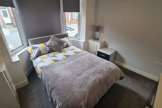 Room to rent in Room 1, 94 Burton Avenue, Doncaster DN4