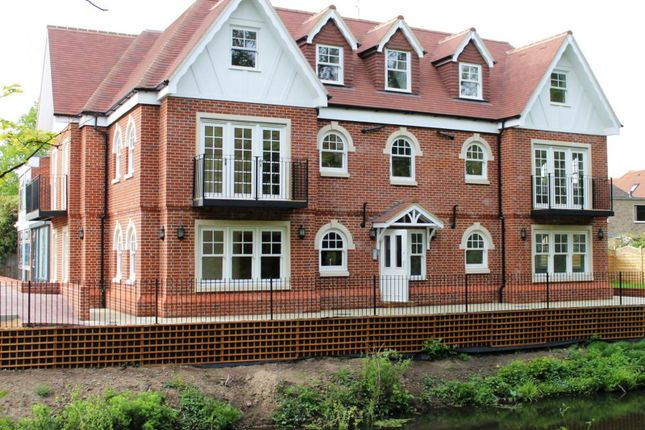 Thumbnail Flat to rent in Chobham Road, Horsell, Woking