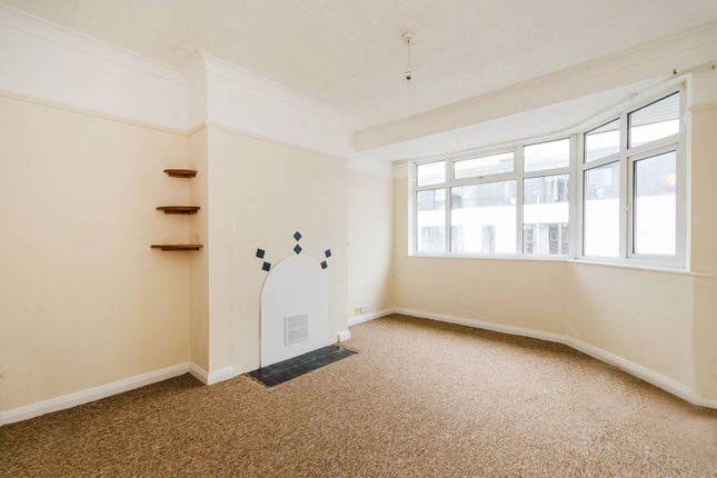2 bed flat to rent in Windsor Close, Northwood Hills