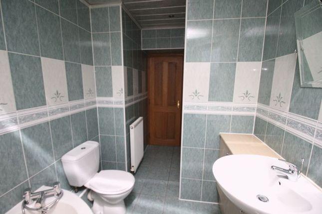 Bathroom of Den Court, Station Road, Cardenden, Lochgelly KY5