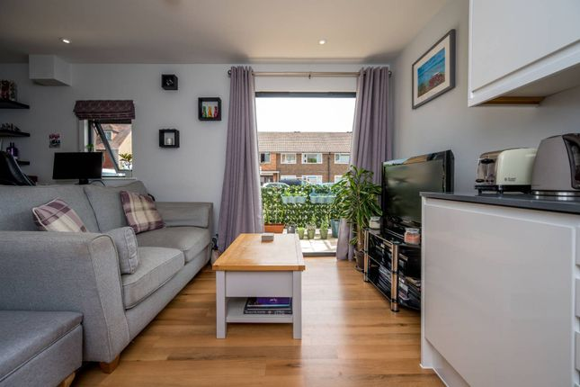 Thumbnail Flat to rent in Magna West KT14, West Byfleet,