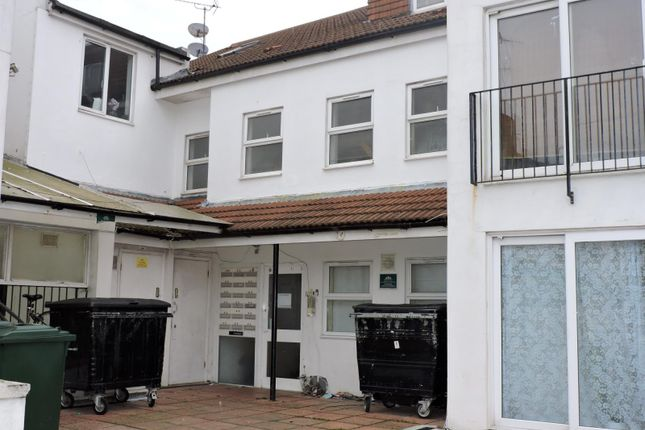 2 bed flat to rent in Shanklin Road, Brighton