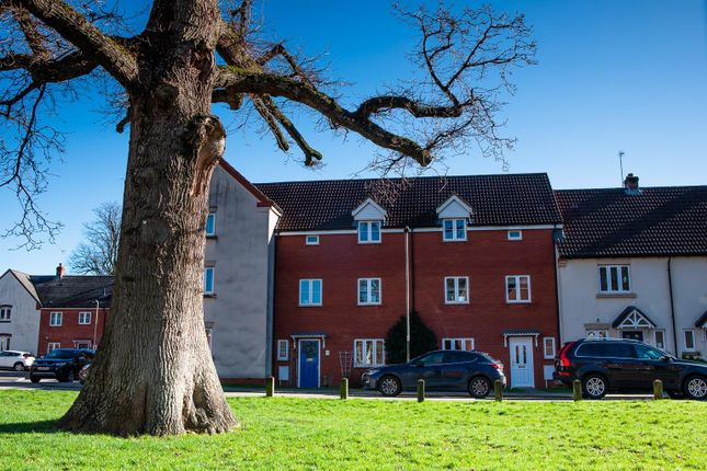 4 bed terraced house to rent in Kestrel Close, Tiverton EX16