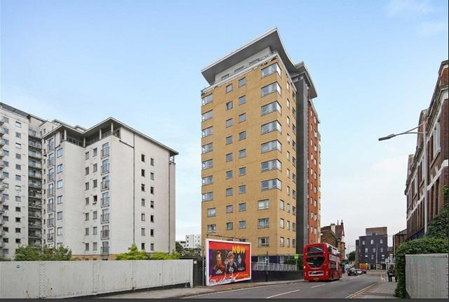 2 bed flat to rent in Spectrum Tower, Ilford, London IG1