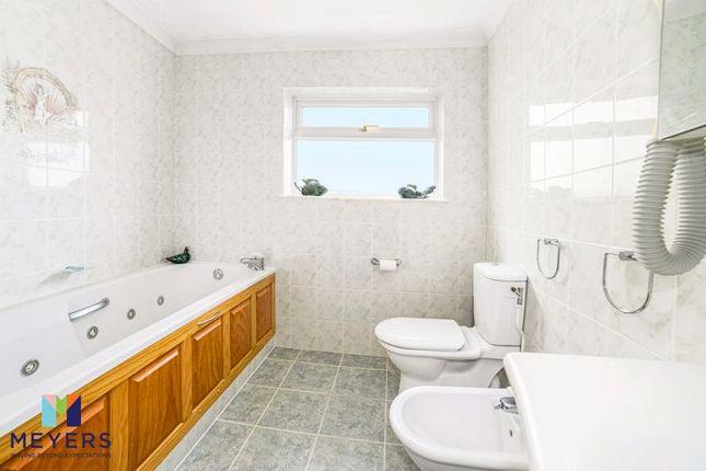 Family Bathroom of Everglades Close, Ferndown BH22