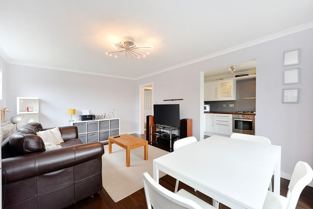 2 bed flat to rent in Parkmore Close, Woodford Green IG8