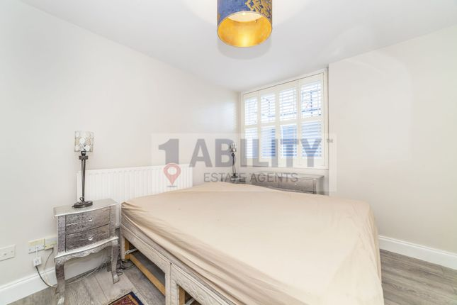 Thumbnail Flat to rent in Clapham Common South Side, London