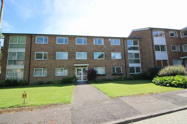2 bed flat to rent in Stapleton Close, Potters Bar