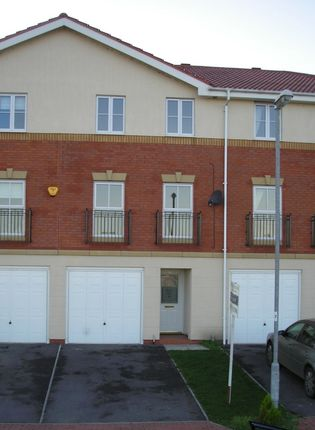 Thumbnail Town house to rent in Kingfisher Close, Scawby Brook, Brigg