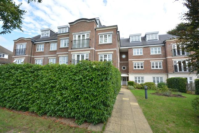 2 bed flat to rent in Alexandra Road, Epsom KT17