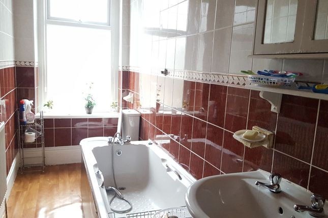 Family Bathroom of Grandage Terrace, Bradford BD8