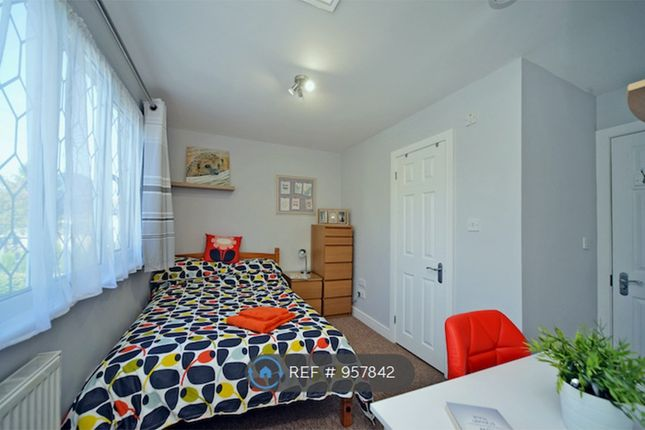 Room to rent in Wingfield Close, New Haw, Addlestone KT15