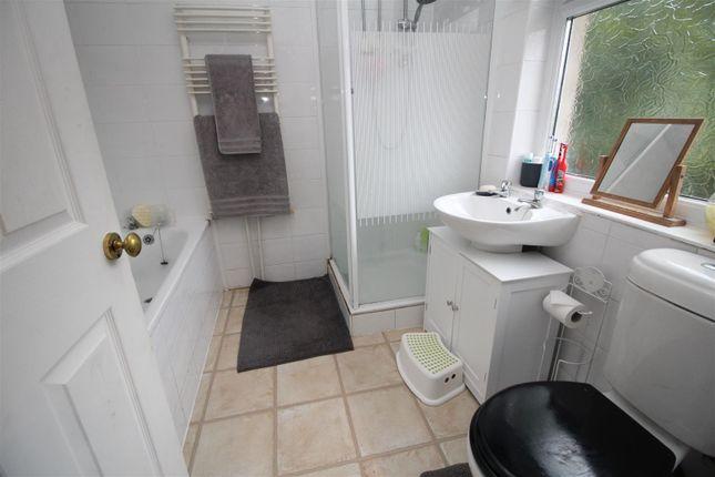 Bathroom of Wharncliffe Crescent, Bradford BD2