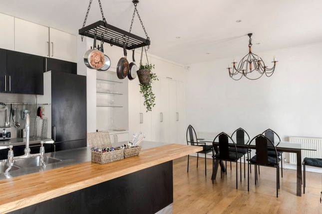 Triplex to rent in Alba Place, London