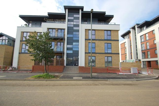 Thumbnail Flat to rent in Westfield Avenue, Woking
