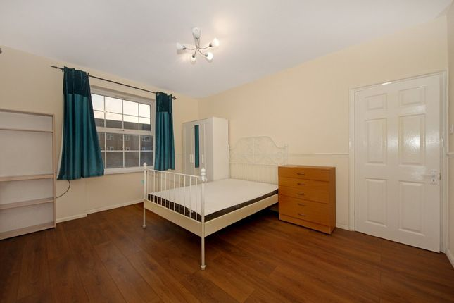 2 bed flat to rent in Western Avenue, London