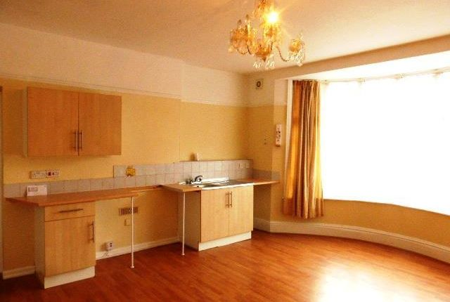 2 bed flat to rent in Colin Road, Paignton